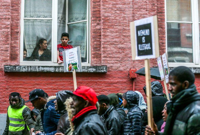 Inmigrantes no documentados se concentran para protestar en Bruselas, el 4 de enero de 2018. Los manifestantes claman en contra de la política de inmigración belga, a cargo del Secretario de Estado de Asilo e Inmigración de Bélgica,