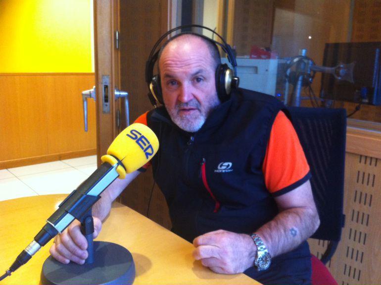 Juanito Oiarzabal desde los estudios de Ser Vitoria durante la entrevista de 'Todo por la Radio' en La ventana