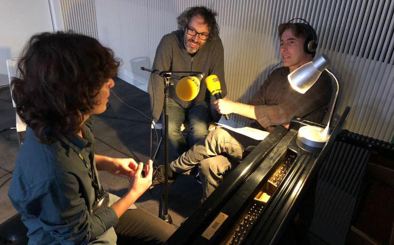 Javier del Pino y James Rhodes conversan con Nahuel Hagelstrom, al piano.