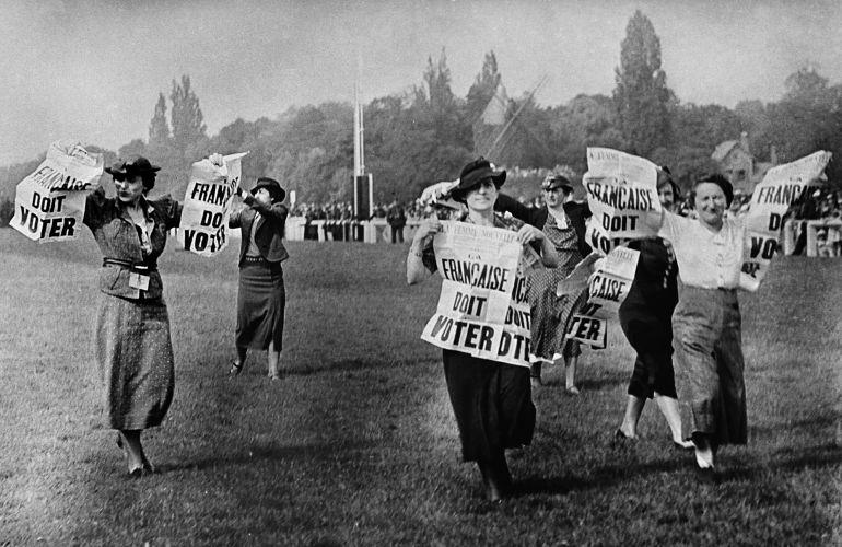 Varias mujeres se manifiestan a favor del voto femenino en Francia, en los años 30