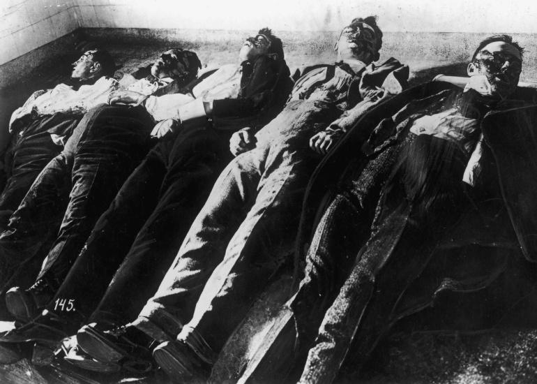 Cuerpos sin vida de las víctimas de la Masacre de San Valentín