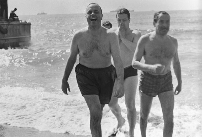 Manuel Fraga tras bañarse en la playa de Palomares (Almería), el 7 de marzo de 1966