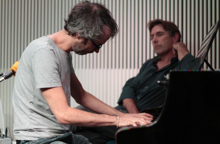 James Rhodes, tocando el piano en el estudio principal de Cadena SER.