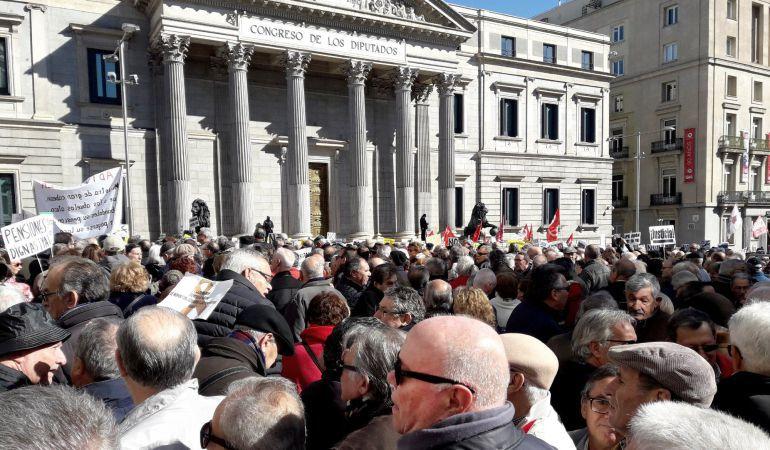 Miles de jubilados, que secundan una concentración en defensa del sistema público de pensiones, frente al Congreso de los Diputados