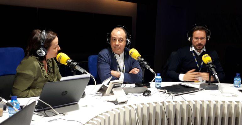 Carlos Bravo e Ignacio Conde Ruiz con Pepa Bueno durante el debate en Hoy por Hoy