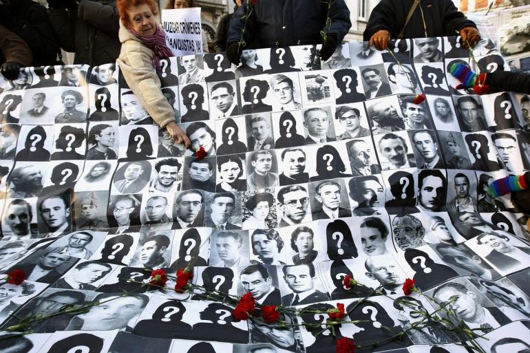 Mural con rostros de republicanos desaparecidos durante la Guerra Civil y el franquismo