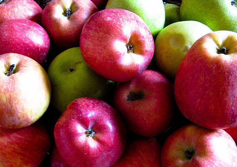 Manzanas, coles, guisantes y espárragos