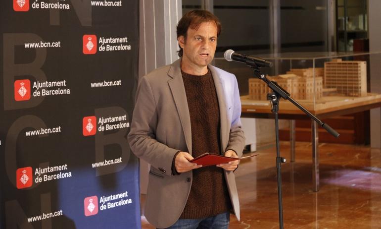 El teniente alcalde de Barcelona, Jaume Asens, durante la rueda de prensa en la que ha explicado la suspensión de la Barcelona World Race