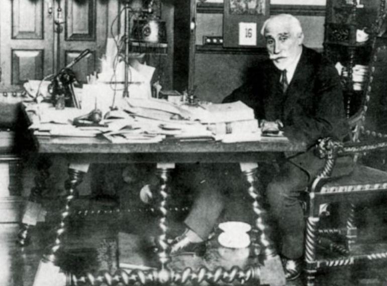 El político conservador Antonio Maura en su despacho