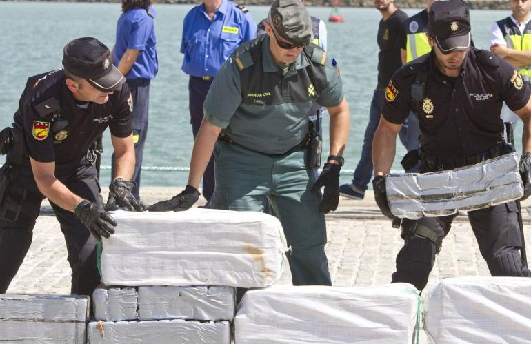 Agentes de la Policía Nacional y de la Guardia Civil desembarcan un alijo de cocaína en Cádiz