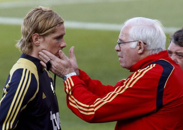 Aragonés, cariñoso con Torres en un entrenamiento de la selección española