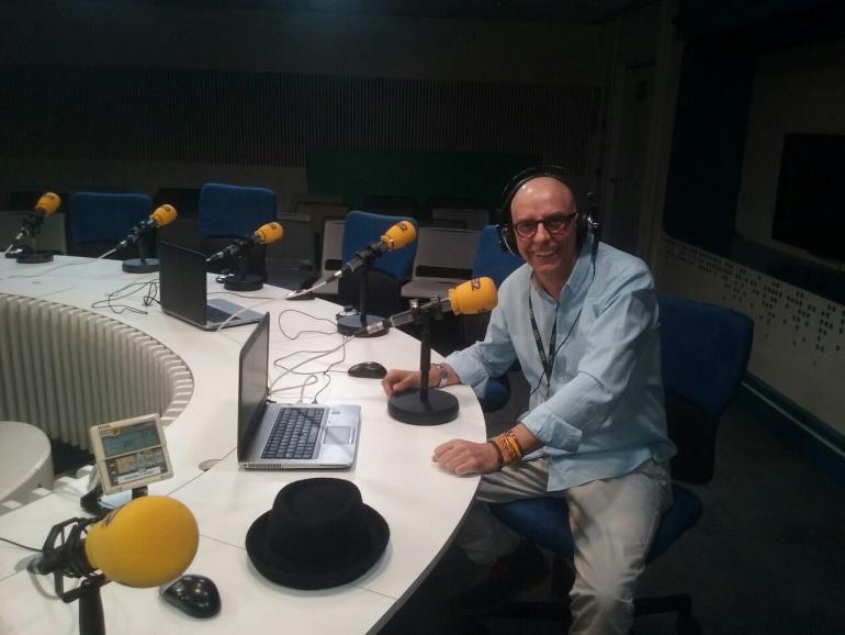 Valentín García disfrutando de la radio