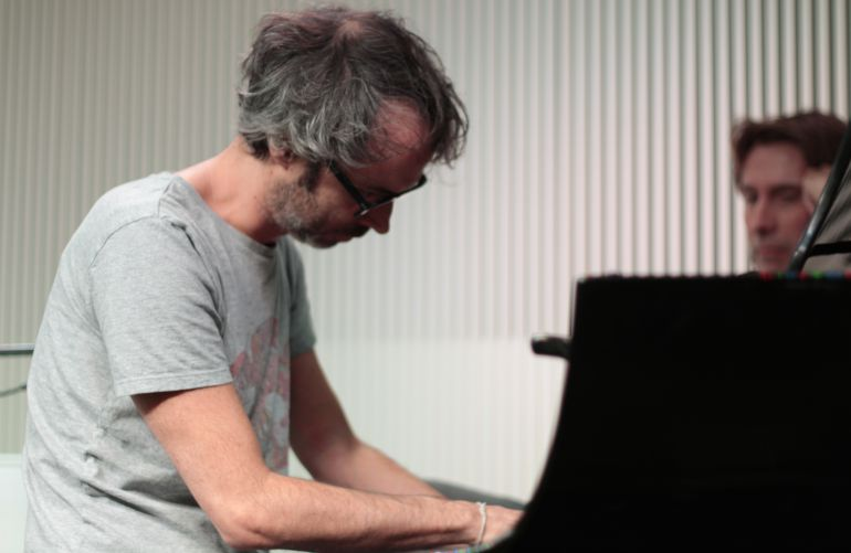 James Rhodes, al piano junto a Javier del Pino.