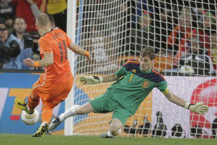 Iker Casillas para un balón de Roben durante la final en Johanesburgo.