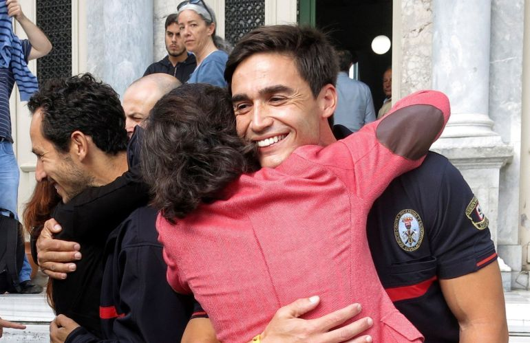 La consejera de Justicia de la Junta de Andalucía, Rosa Aguilar, abraza a Enrique Rodríguez.