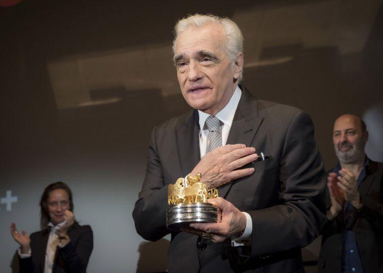 El cineasta estadounidense Martin Scorsese posa al recibir el premio honorario Carroza de Oro (Golden Coach) hoy, miércoles 9 de mayo de 2018, en la cena de gala 50th Directors' Fortnight en Cannes, Francia)