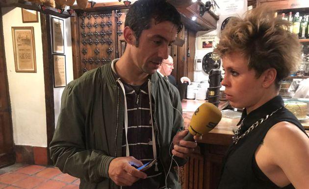 Amanda Sampedro atiende a Manu Carreño en el micrófono de Pedro Fullana