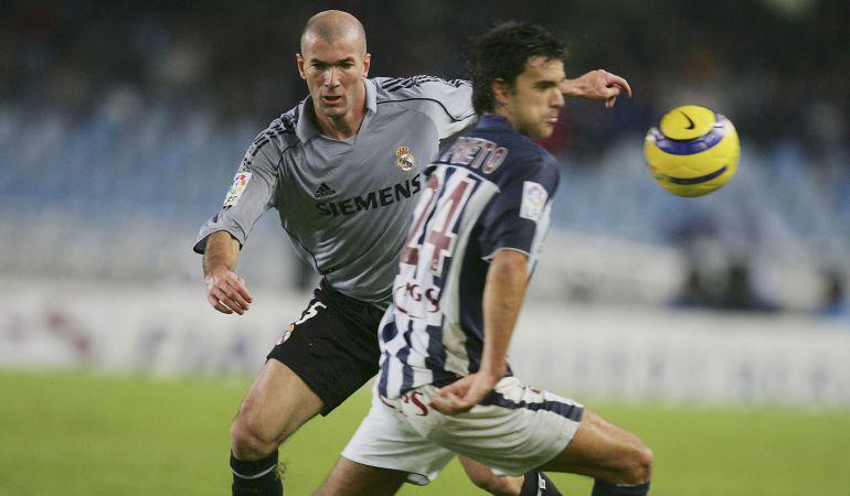 Xabi Prieto defiende un balón ante Zidane