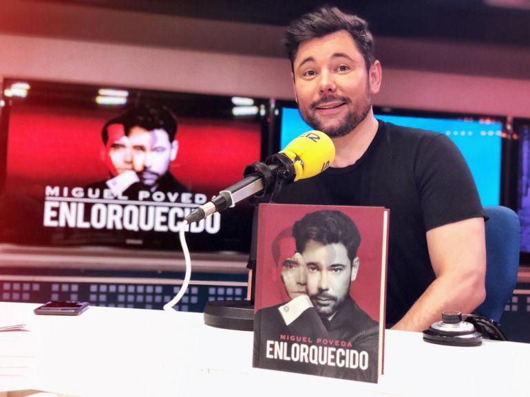 Miguel Poveda, cantaor flamenco, en los estudios de la Cadena SER.