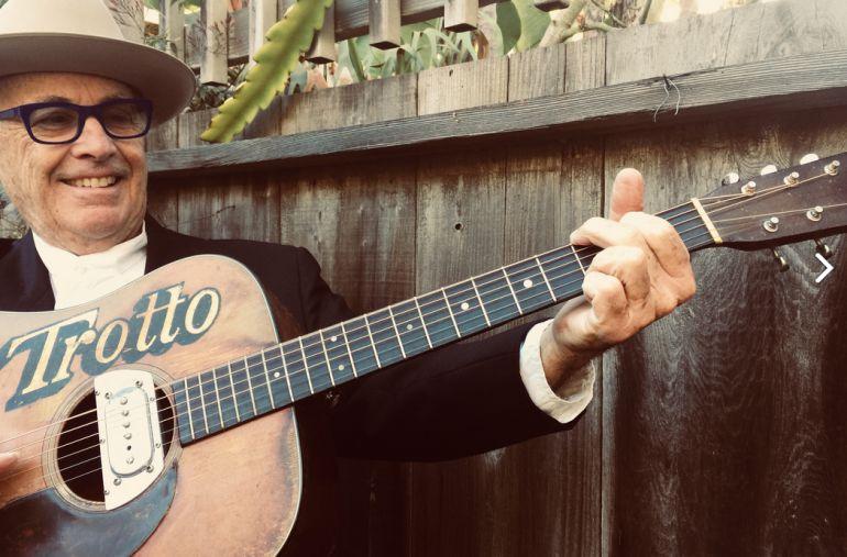 Ry Cooder con su guitarra en una fotografía promocional