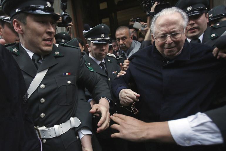 El sacerdote chileno Fernando Karadima, acusado de abusos sexuales, a la salida de un tribunal en Santiago (Chile), en 2015