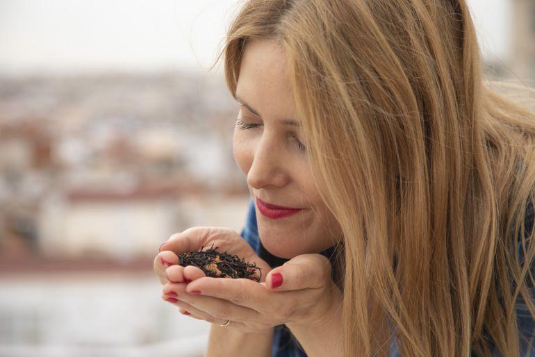 Victoria Bisogno, disfrutando de los aromas del té.