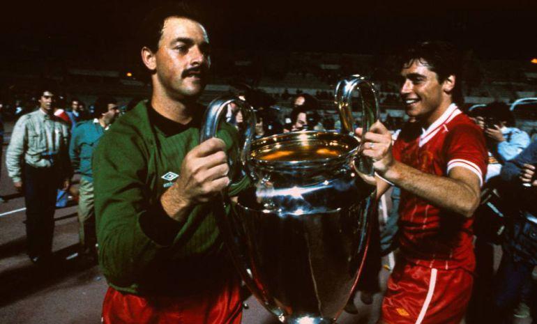 Grobbelaar y Robinson levantan la Copa de Europa tras derrotar a la Roma en la final de 1984. Peter Robinson (getty)