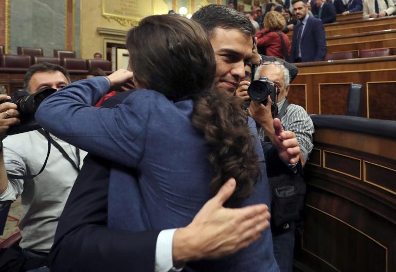 Pedro Sánchez saluda al líder de Podemos Pablo Iglesias tras el debate de la moción de censura