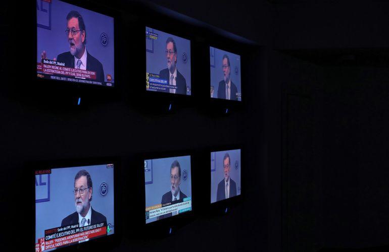 Monitores muestran en la sede de génova al líder del PP, Mariano Rajoy.