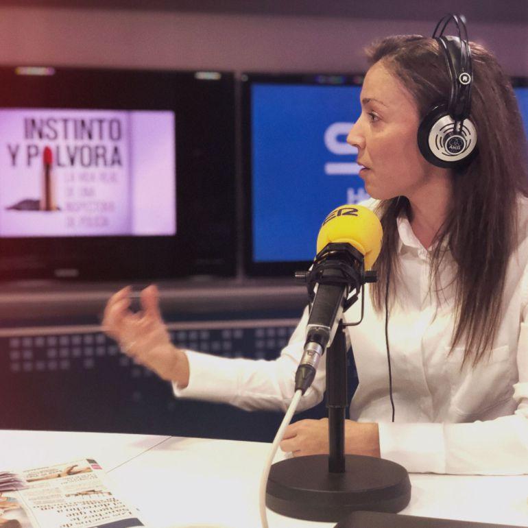 Silvia Barrera, policía especializada en cibercrimen, en los estudios de la Cadena SER.