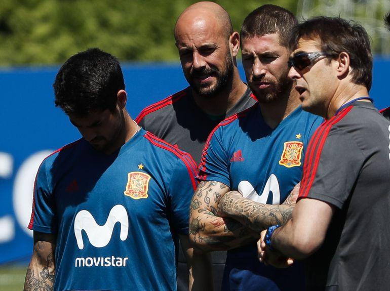 Lopetegui charla con Ramos, Reina e Isco durante un entrenamiento
