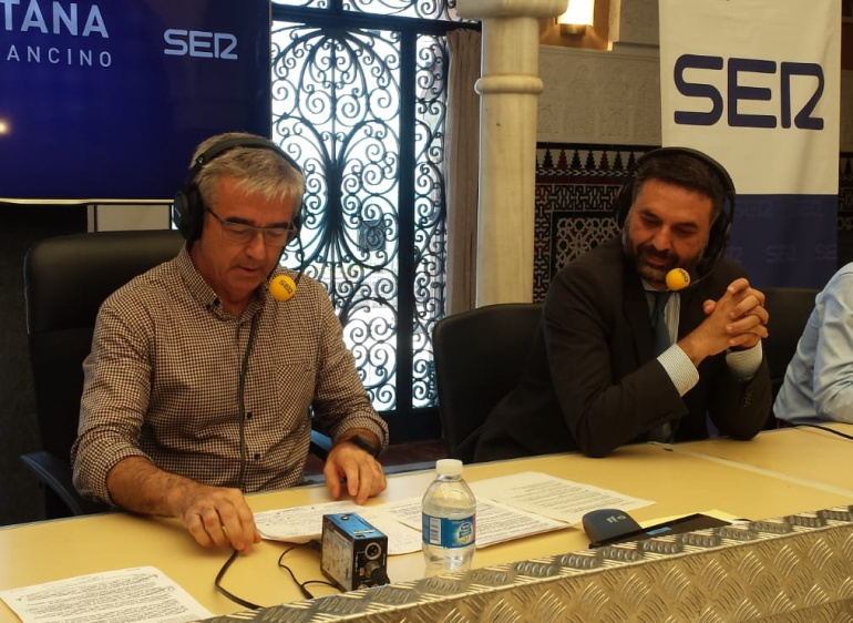 Francisco Javier Fernández, consejero de Turismo y Deporte de la Junta de Andalucía, junto a Carles Francino