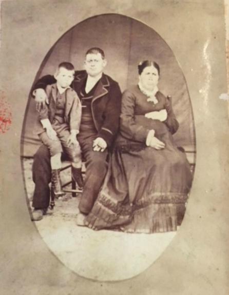 Francisco Romero Casrrasco junto a sus padres.