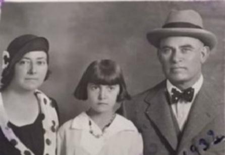 Francisco Romero Carrasco junto a su mujer, Carmen García Arroyo, y su hija Carmen Romero García.