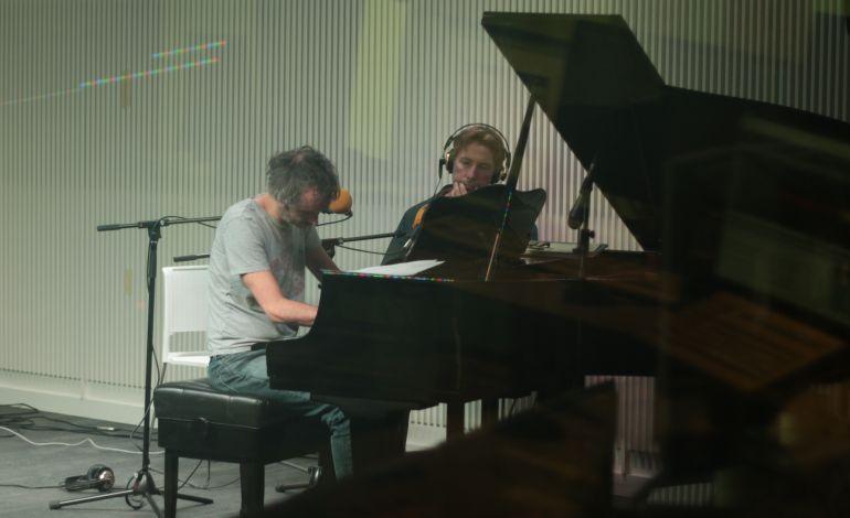James Rhodes, al piano, junto a Javier del Pino