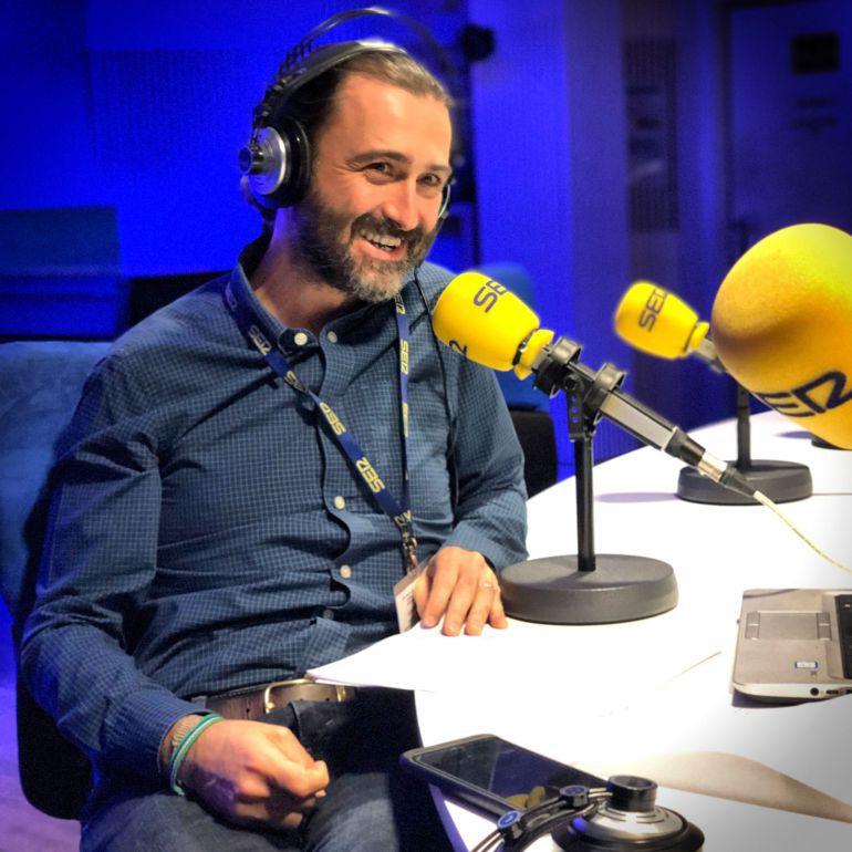 Javier Limón en los estudios de la Cadena SER.