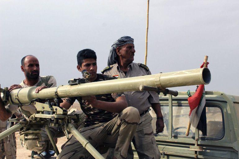 Voluntarios chiíes iraquíes toman posiciones durante los enfrentamientos entre combatientes del Estado Islámico (EI) y las fuerzas iraquíes en las proximidades de la ciudad de Baiji (norte de Irak).
