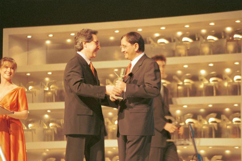 Carlos Llamas recibe el Premio Ondas de manos de Iñaki Gabilondo.