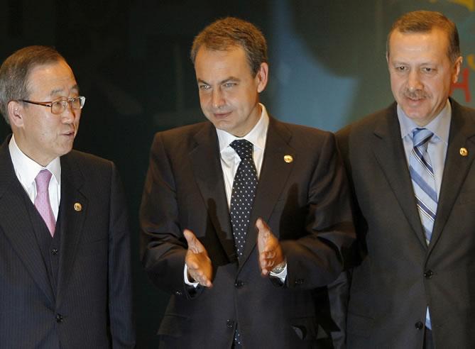 El secretario general de la ONU, Ban Ki Moon, y el presidente del Gobierno, Zapatero, posan en la inauguración del Foro