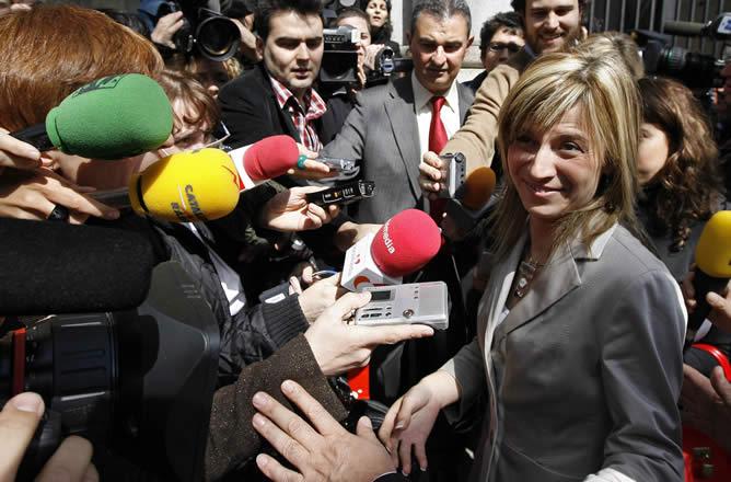Una de las ministras más buscadas hoy por la prensa era la más joven del nuevo Ejecutivo, Bibiana Aído, la titular de la nueva cartera de Igualdad.
