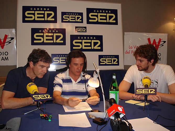 Un momento del program especial que El Larguero realizó en 2008 con Pau Gasol y Antonio Banderas desde Los Ángeles. Foto: Luis M. Balduque / Carlos J.Bustillo