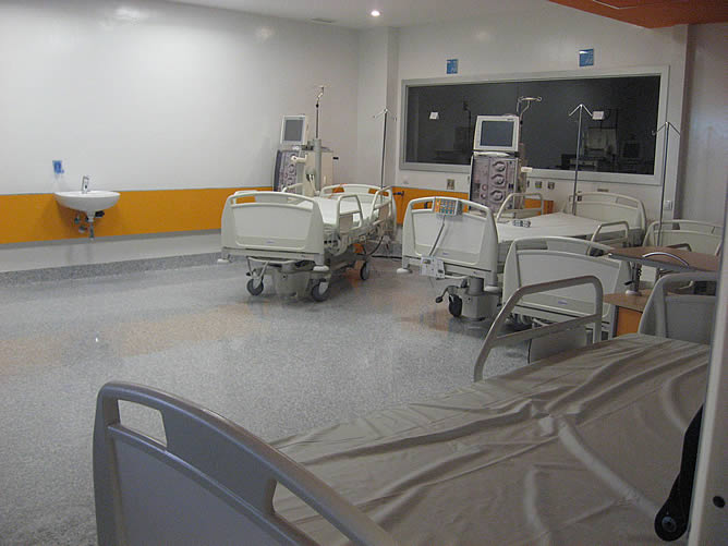 Una sala para atención de pacientes que requieren tratamiento de diálisis. Camas en un rincón, y además, el agua que utilizan las máquinas de diálisis estaba contaminada