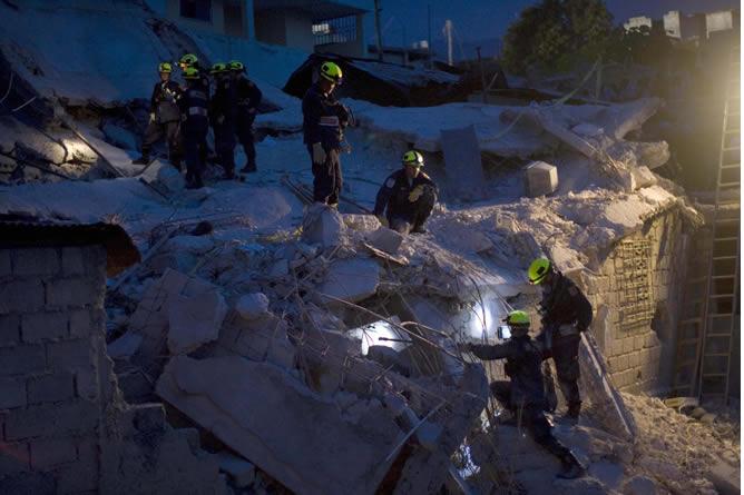 Los bomberos siguen con las labores de rescate de los supervivientes atrapados entre los escombros del colegio colapsado en Haití