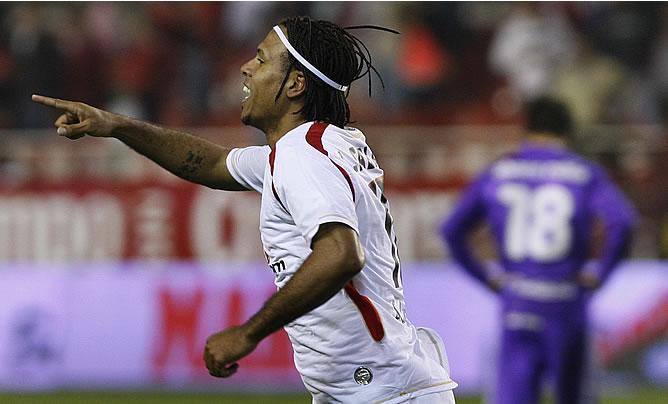 Luis Fabiano celebra un gol con el Sevilla