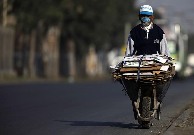 Un hombre lleva la máscara contra la gripe porcina en México
