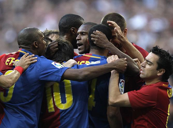 Los jugadores del Barça celebran uno de los goles de Messi en el Bernabéu