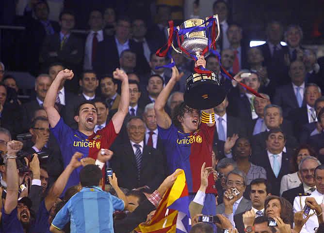 Xavi y Puyol levantan la 25ª Copa del Barcelona