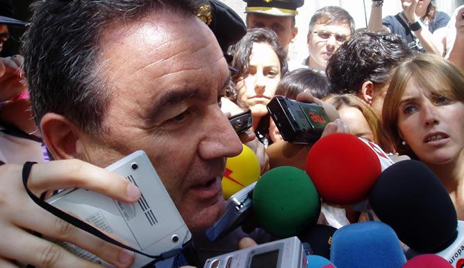 El diputado del PP habla con los periodistas tras la declaración.