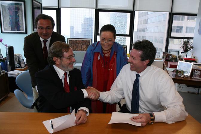 Juan Luis Cebrián y Robert Brazell sellan el acuerdo en Nueva York. Manuel Polanco secunda al consejero delegado de PRISA