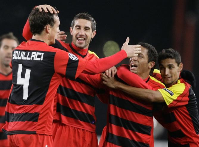 Los jugadores del Sevilla felicitan a Squillaci por su primer gol